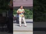 Мужик зажигательно танцует в стиле Джеймса Брауна