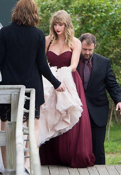 Первый выход за долгое время: Тейлор Свифт выдала замуж подругу детства