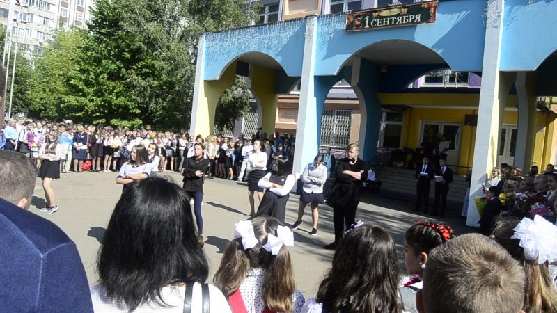 танец 11 класса в 18 школе на 1 сентября, особенно парнишка парадовал