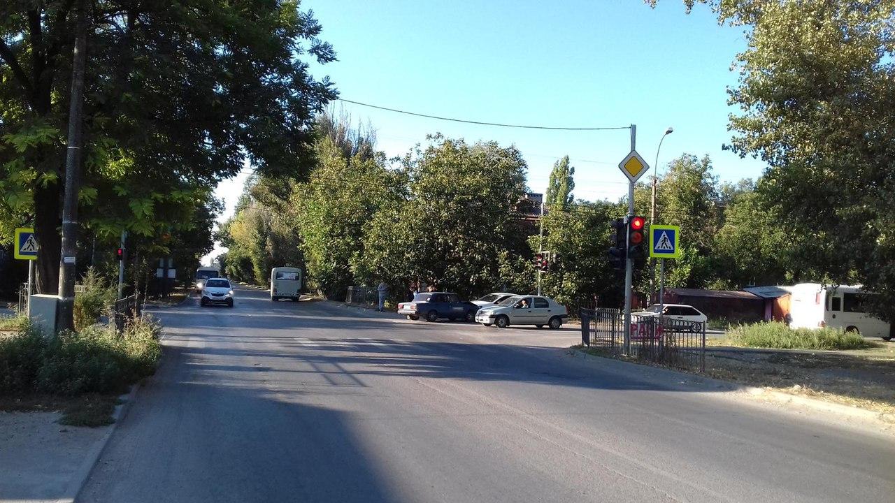 В Таганроге дорогу не поделили водители Volkswagen Polo и «ВАЗ-2107», один пострадавший