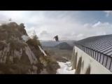 Безбашенный лыжник в действии