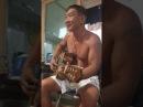 Мужик круто поет и играет на гитаре.