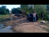 К приезду саратовского губернатора рабочие укладывают асфальт на землю и в грязь