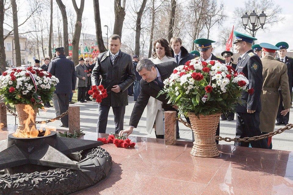 В Туле возложили цветы к памятнику