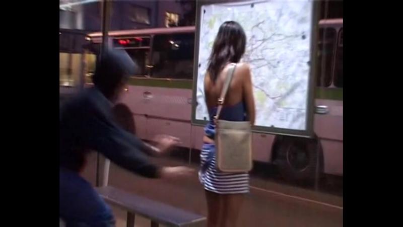 Подловил красотку на автобусной остановке (oversee, descry, upskirt, sharking)