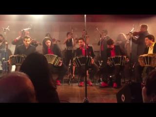 Ла Вирута, три оркестра играют вместе. Пианино в 4 руки, 10 бандонеонов, 14 скрипок, 2 контрабаса. Аранжировка - La Cumparsita о