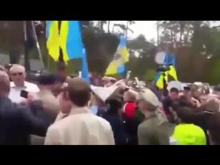 Порошенко сбежал от толпы под крики «Позор!» и «Брехло!»