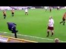 Футбольный тренер упал подавая мяч своим футболистам во время матча