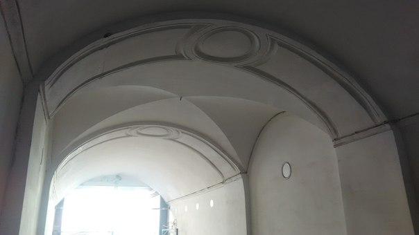 Красивые старинные своды внутри арки