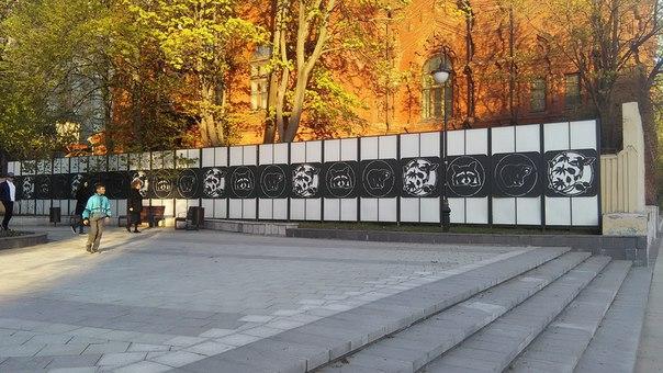 Слева от храма Новослободский парк