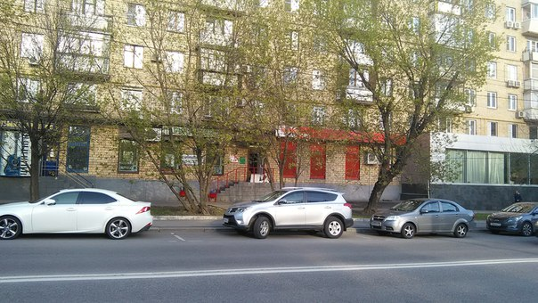 Красное и Белое без огромной вывески, не как в регионах. Но не по дизайн-коду Москвы, короб всё же есть.