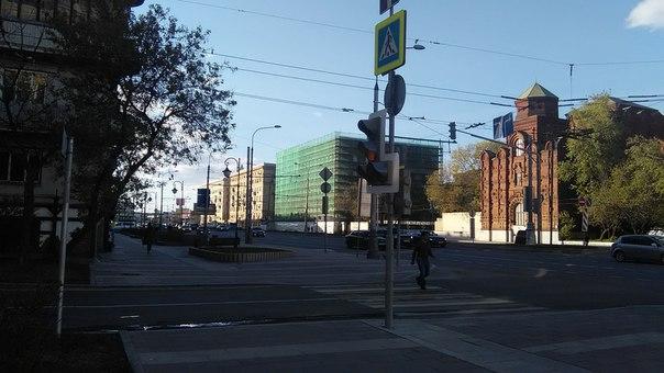 Проспекту тут делают не как в остальной стране. Другие лекала: огромные тротуары; провода только для трамвая; благоустроенный газон.