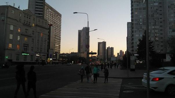 Это Новый Арбат. Почему-то он мне очень нравится. Не могу адекватно сформулировать почему. Он какой-то идеально городской и тут Дом книги, Эхо Москвы и бар Жигули.