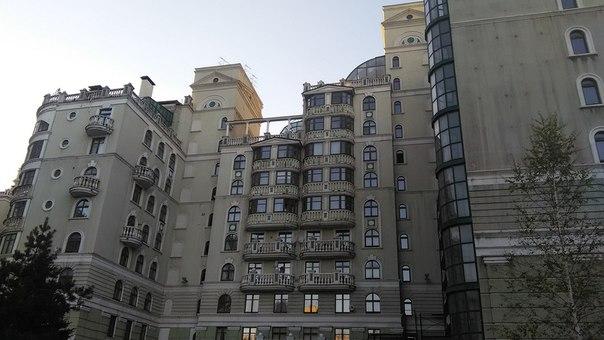 Кстати, балкончики у ближайшего жилого к высотке интересные