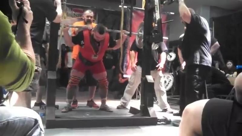 Ярымбаш Евгений приседает 560 кг