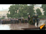 Путин под проливным дождем принял участие в возложении венков к Могиле Неизвестного солдата