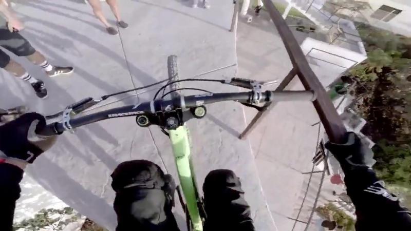 Сумасшедший спуск по улицам города на велосипеде