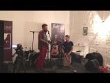Антонио играет на укулельке свою песню, Зазнобкин стучит на кахоне