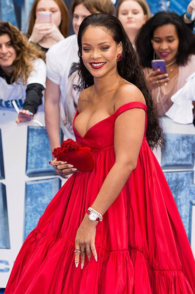 """Рианна появилась в эффектном красном платье на премьере фильма """"Валериан и город тысячи планет"""" в Лондоне"""