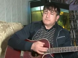 Чеченец задушевно поёт под гитару