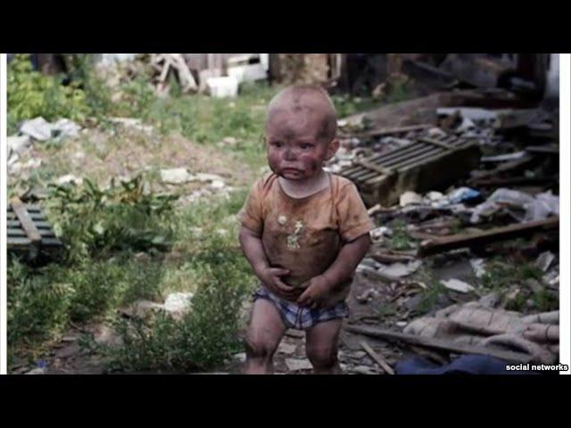 Мальчик с испачканным лицом из Донецка ищет свою мать среди развалин разбомбленного ВСУ дома (фейк!)