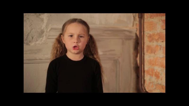 Парад 9 мая девочка читает стихи. На Земле безжалостно маленькой жил да был человек маленький.