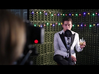Douwe Bob sings a Christmas song with Oessiepoessie (behind the scenes)