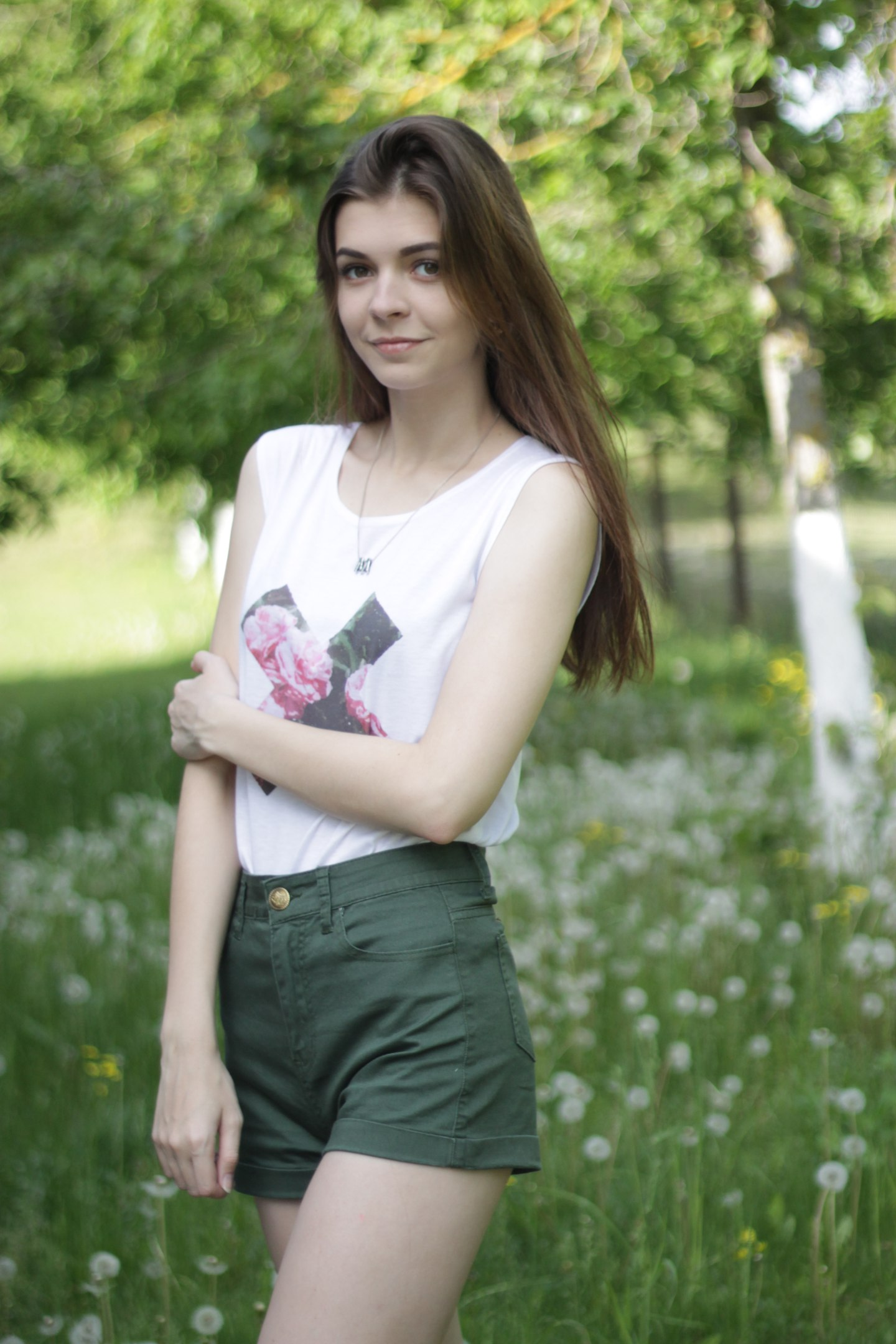 Хочу посоветовать прекрасно сочетающиеся между собой шорты популярного цвета хаки и белую майку