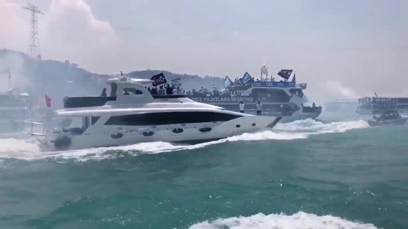 Фанаты «Бешикташа» отпраздновали чемпионство яхт-парадом в Босфорском проливе 2