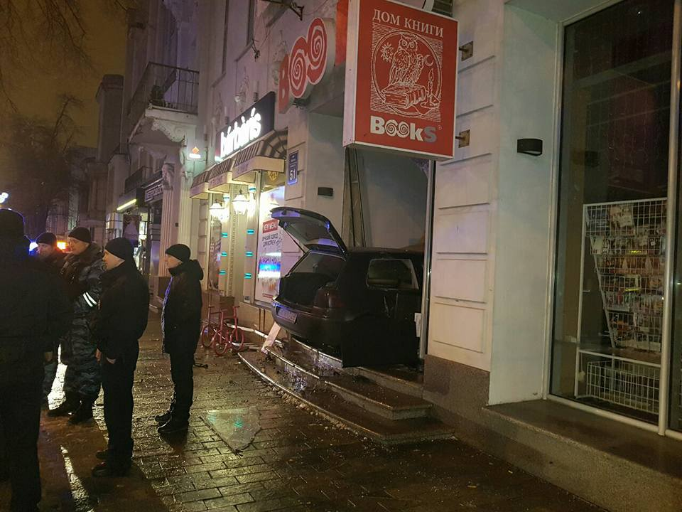 Иностранная машина въехала ввитрину книжного магазина вцентре Харькова