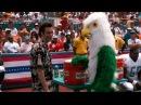 Драка с попугаем-талисманом — Эйс Вентура Розыск домашних животных 1994 сцена 10/...