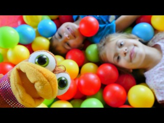 Oyuncak Kraliyeti - kız erkek çocuk oyunları/videoları. Elis, Mikayil, Tavuk top havuzunda