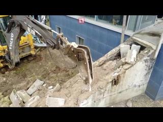 На Крестовском острове начали сносить незаконные постройки