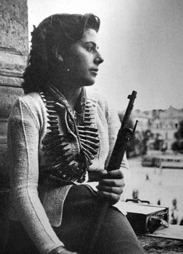 Девушка из числа бойцов французского сопротивления во время Парижского восстания.Франция ,1944 год.