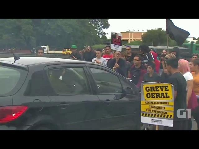 Jovens são atropelado na greve geral na Dutra