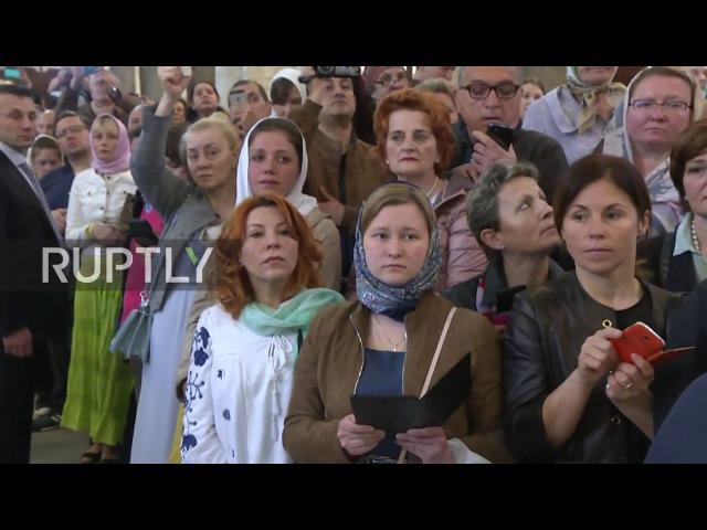 Италия: Мощи Святого Николая покидают Бари в первом матче их 3,000-километровой поездки в Москву.