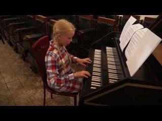 10 08 17 После концерта девочка села за клавесин....