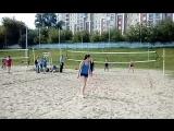 спортсмены пляжного волейбола вступили в игру