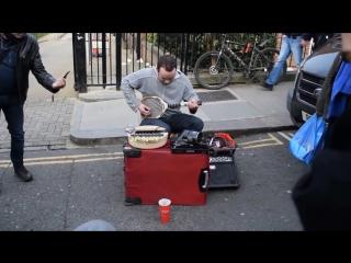 Уличный музыкант играет на тенисной ракетке и не только_Amazingly creative street musician in London