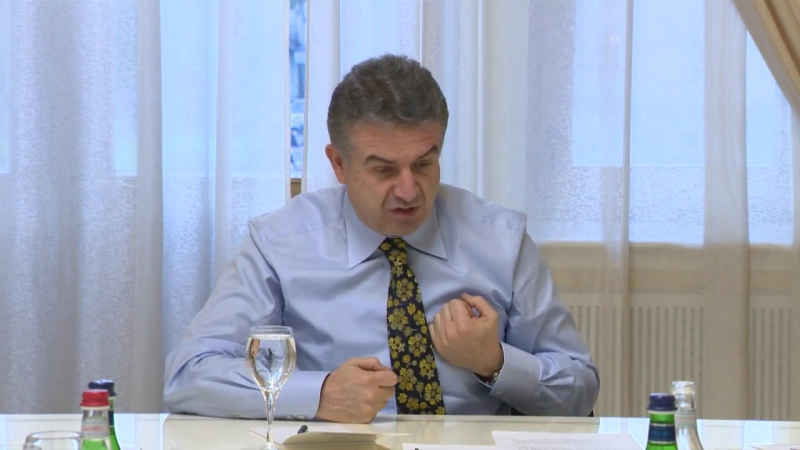 Премьер-министр Армении Карен Карапетян отчитал главу МЧС Армена Ерицяна 31 октября 2016 года