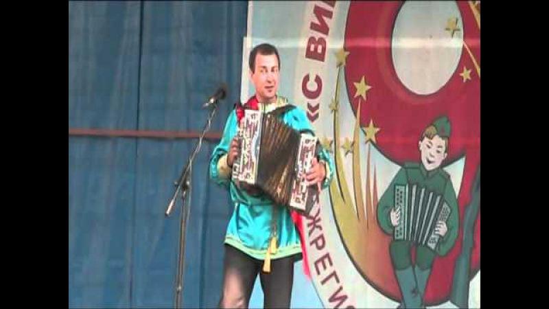Частушки под гармошку исполняет Виталий Чичев