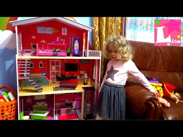 Лиза играет в кукольный домик в красивом домике для детей, Дом для куклы, Девочка...