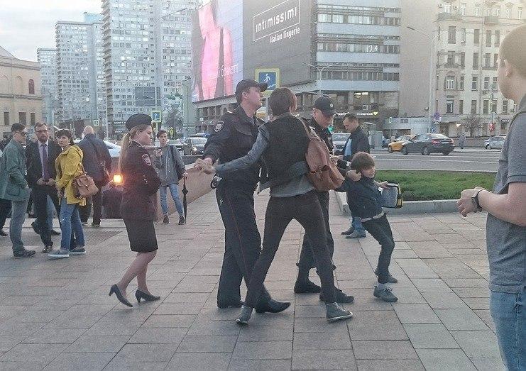 """В центре Москвы путинские псы-полицаи задержали 10-летнего школьника за публичное чтение """"Гамлета"""""""