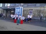 Мальчишки зарабатывают денежку на карманные расходы у центрального дрезденского вокзала.