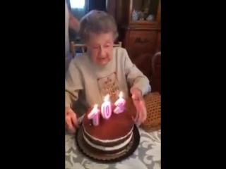 Бабуля задувает свечи на торте в свой 102-й день рождения