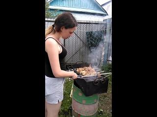в саду,Регина-мастер шашлыка