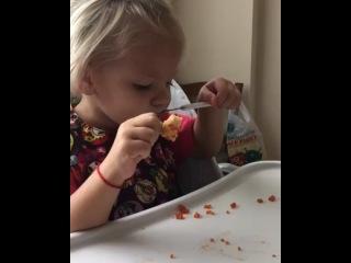 На вопрос о том, как и что кушает Алиса, отвечаю: Вот так! Каждый день икру вилками 😜 А если серьёзно, то её меню не отличается от обычного детского Каши, супы, омлет,котлеты, варёная курица,рыба на пару, сырники, творог. Из