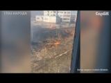 Возле жилых домов горит сухостой
