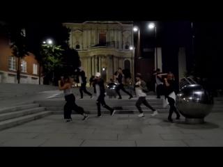 Люди со всего мира танцуют под -Black Or White- Майкла Джексона