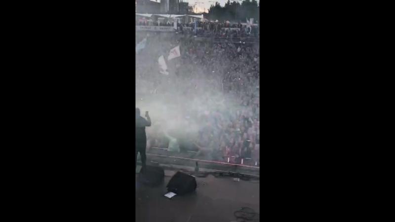 LOna скидывают со сцены на VK Fest/IT'S TIME VIDEO